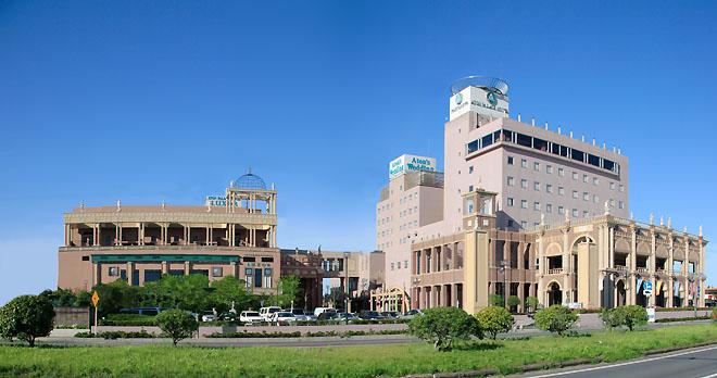 左:国際館ルクソール、右奥:新館アネックス、右手前:本館アトンパレス